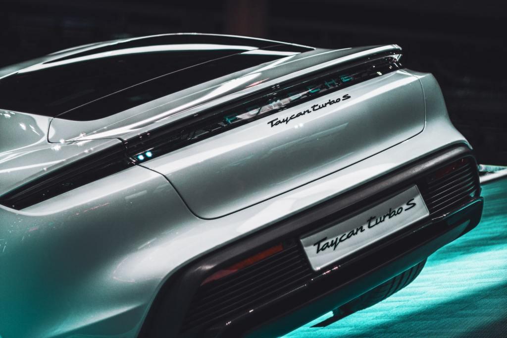 Mechanik Samochodowy - Porsche Taycan - Serwis Samochodowy w Warszawie