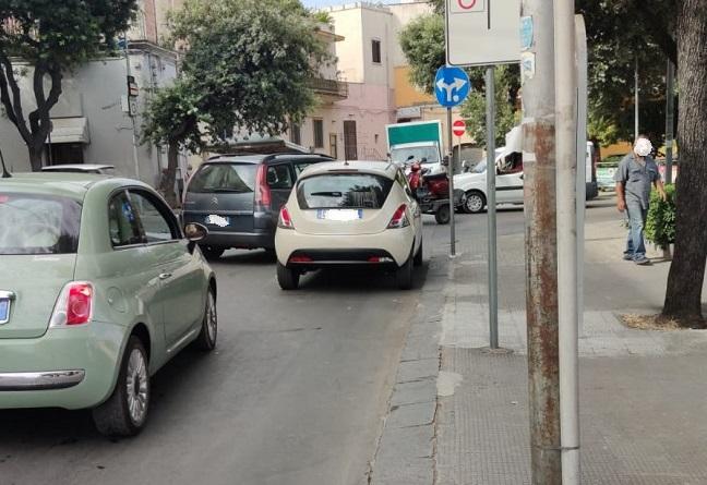 STRADA BLOCCATA DA UN AUTO IN SOSTA AL CENTRO DELLA CARREGGIATA. RIMOSSA DALLA POLIZIA LOCALE