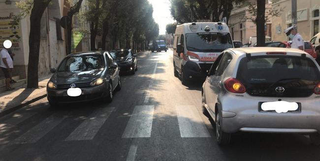 INCIDENTE IN VIA ROMA. UN PEDONE FINISCE CON IL PIEDE SOTTO L'AUTO