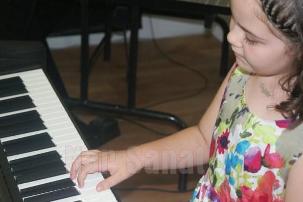 piyano çalan minik eller