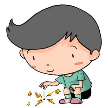 夏休み!花火でハッピー!線香花火のきらめきに心穏やかになる男の子|かわいい無料イラスト素材(商用利用可)