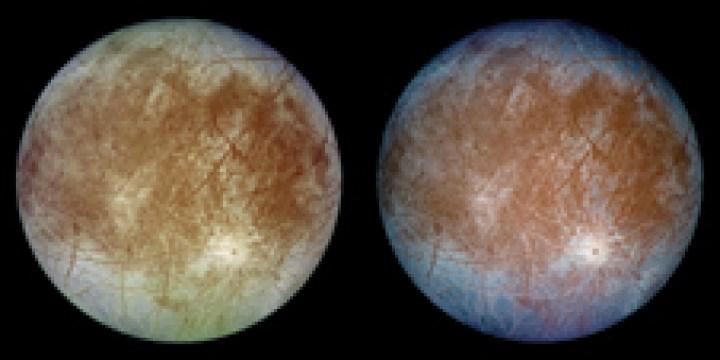 Icy Europa - Due immagini della luna coperta di ghiaccio di Giove Europa scattata dalla navicella Galileo il 7 settembre 1996. L'immagine a sinistra mostra l'aspetto approssimativo del colore naturale della luna, e l'immagine giusta presenta una versione in falsi colori che combina immagini a infrarossi per migliorare differenze di colore nella predominante crosta di ghiaccio-acqua della luna con ghiaccio a grana grossa (blu scuro) che si distingue dal ghiaccio a grana fine (blu chiaro).