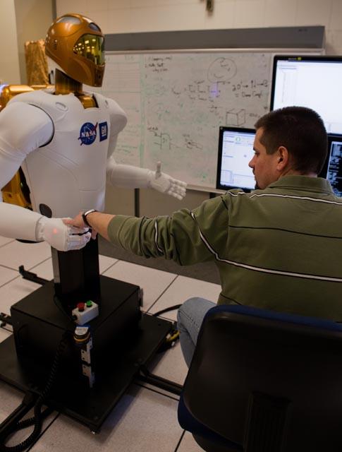 robot dá a mão