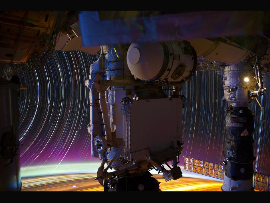 Este es un compuesto de una serie de imágenes fotografiadas con una cámara montada en la Estación Espacial Internacional que orbita la Tierra, de aproximadamente 240 kilómetros sobre la Tierra.