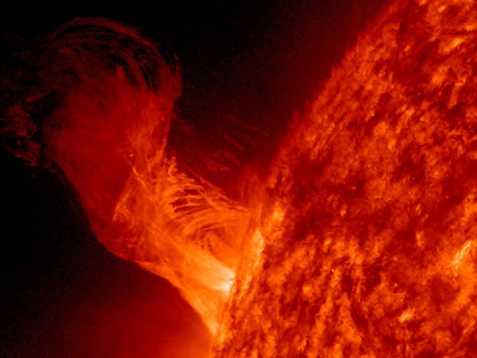 Una erupción solar se levantó graciosamente del sol el 31 de diciembre de 2012, girando y girando.  Las fuerzas magnéticas impulsó el flujo de plasma, pero sin la fuerza suficiente para superar la gravedad del sol la mayor parte del plasma volvió a caer el sol.
