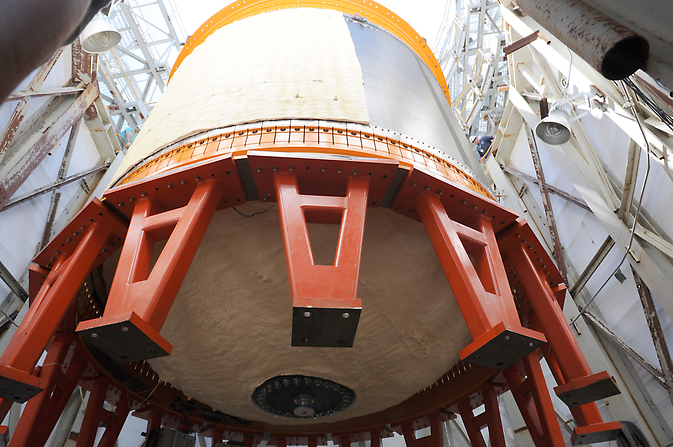 18-picior-diametru (5,5 metri) cryotank compozit este coborât într-un stand de încercare structurale la Marshall Space Flight Center.