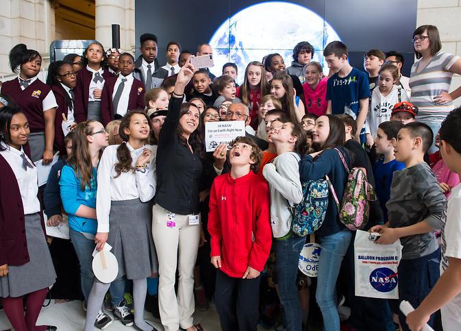 NASA Administrator Charles Bolden reprezintă pentru o Selfie rapid cu elevii care au participat la NASA a sponsorizat evenimentul Ziua Pământului.