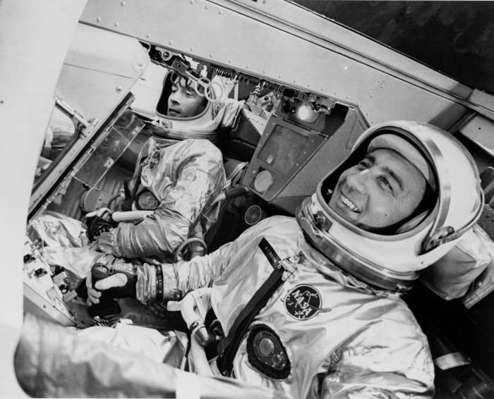John Young et Gus Grissom dans le simulateur de Gemini 3 en 1965 (Credit: NASA/MSFC archives)