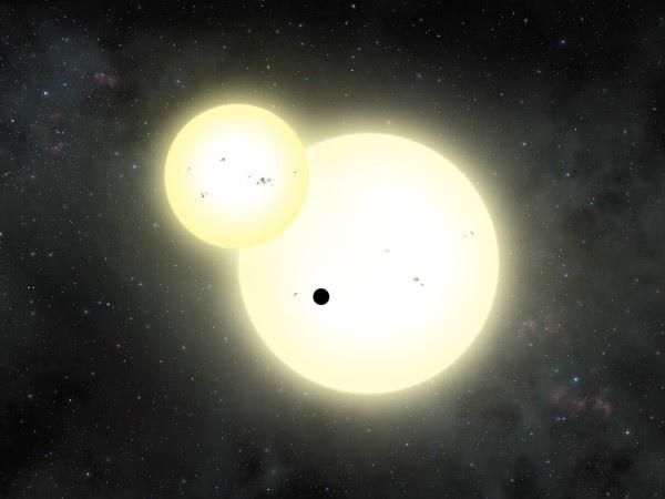 Ilustración del sistema Kepler-1647 en la que se muestra una estrella eclipsando a la otra y el planeta pasando justo por delante. (Imagen: Lynette Cook)