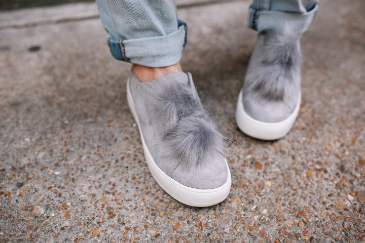 dressing out of your comfort zone. How to wear boyfriend jeans. Pom Shoe Trend. Casual Trendy Wear. Effortless Style. Balayage Blonde.