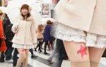 Японские женщины клеят логотипы на бедра