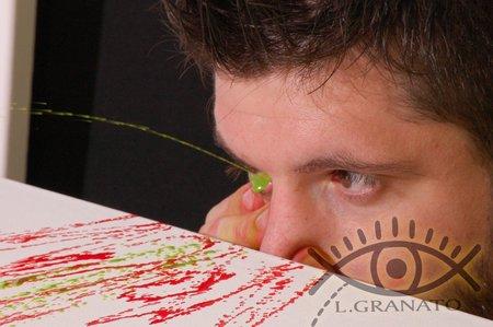 Краски на холст выпрыскивает из глаз
