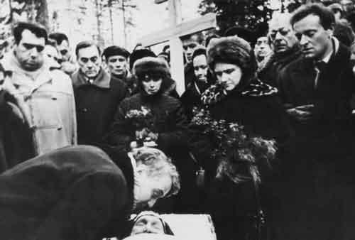Л. Н. Гумилев прощается с матерью на Комаровском кладбище