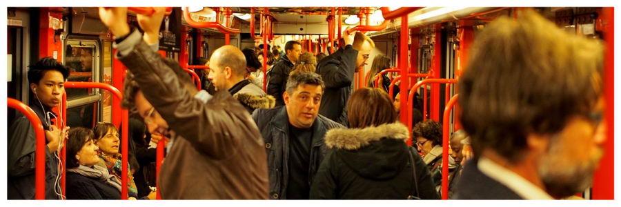 Mediolan we Włoszech, transport publiczny, autobus z lotniska, dworzec centralny, autokar, ludzie w autobusie,