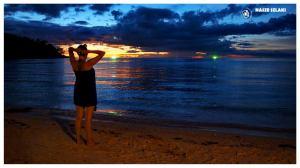 Noc na plaży w Koh Phangan – Tajlandia, księżyc nad palmami