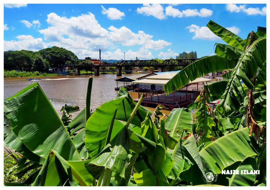 Kanchanaburi, rzeka Kwai, Tajlandia. Widok na most na rzece Kwai i roślinność w dżungli.
