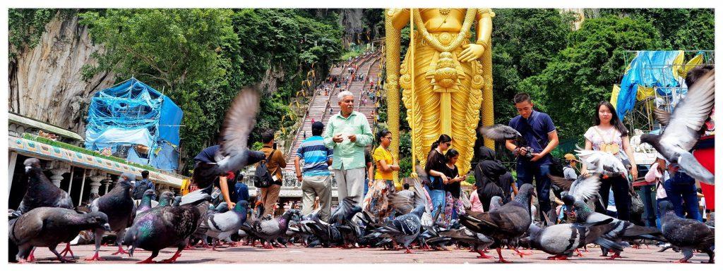 Przed wejściem do jaskiń Batu Cave nieopodal Kuala Lumpur w Malezji, u podnóża góry zawsze jest wielu hindusów z rodzinami.