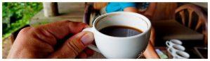 Filiżanka kawy Kopi Luwak w kawiarni na Bali w Indonezji, kawiarnia, stolik, filiżanka kawy, czarna,