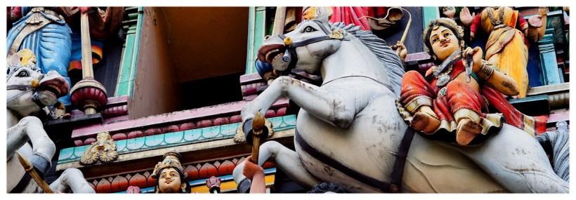Sri Maha Mariamman – Świątynia hinduska z typowymi ozdobami na elewacji, kolorowe figury, postaci z mitologii hinduskiej