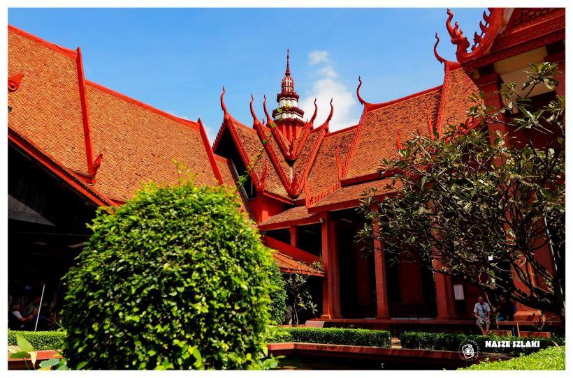 Budynek Muzeum Narodowego w Kambodży, ogrody i parki, zieleń dookoła, turyści, zwiedzający. Fontanna na środku ogrodu.