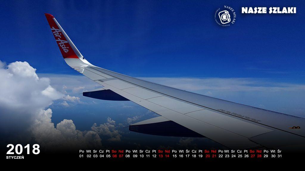 Tapeta ze skrzydłem samolotu, AirAsia, chmury na błękitnym niebie, w dole morze i wyspy w oddali, podróż po Azji