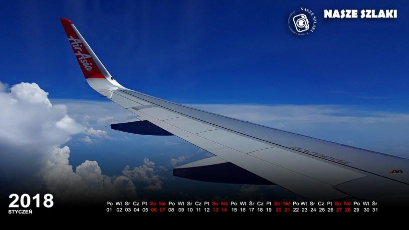 Tapeta ze skrzydłem samolotu, AirAsia, chmury na błękitnym niebie, w dole morze i wyspy w oddali, podróż po Azji, tapeta na komputer, ekran, laptop, na pulpit,