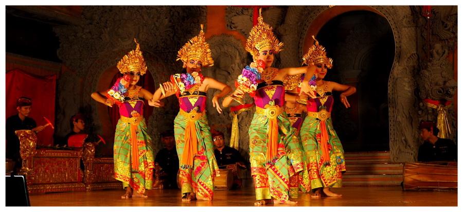 Bali - Indonezja. Tradycyjny taniec balijski. Tancerze na scenie.