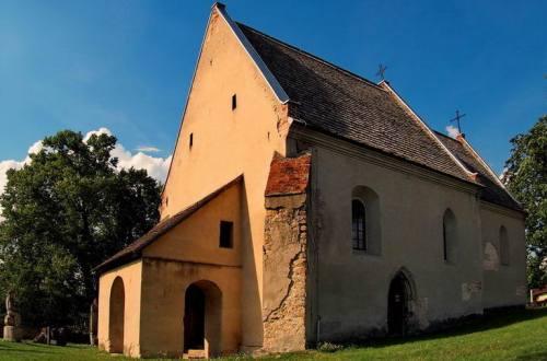 Kościół w Szydłowie. Stary budynek z cegły i kamienia. Atrakcja turystyczna, co zobaczyć.