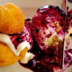 Papanasi – rumuńskie pączki serowe ze śmietaną i dżemem