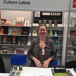 Britta Moench-Pingel, da Editora GIRABRASIL, com os livros Movimento Imóvel e Bichos: poesias desenhadas, na Feira Literária de Varsóvia - Polônia. 17 a 20 de maio de 2018.