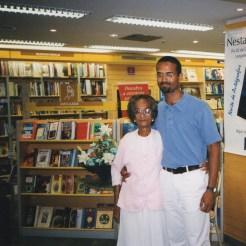 Com minha mãe, durante o lançamento de Sob os Telhados da Noite. Livraria Siciliano, Salvador, 2.12.1999.