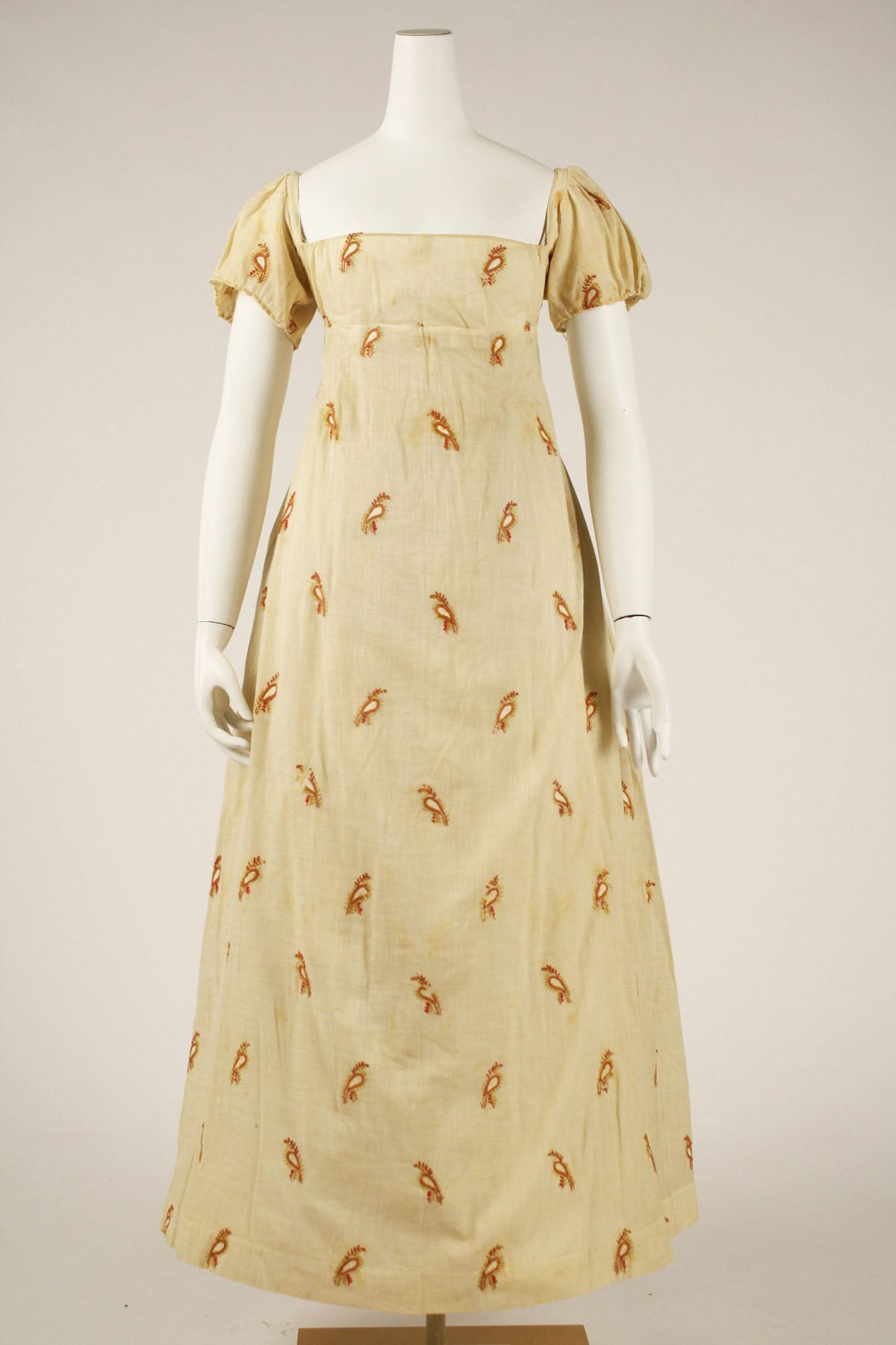 A high-waisted American gown from 1810 with a boteh/paisley design -- simple printed cotton. From the Met Museum, public domain.