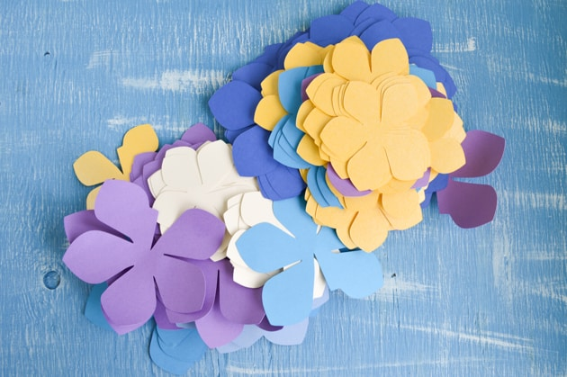 Diy paper flower garland lei tutorial with free printables and paper flowers mightylinksfo