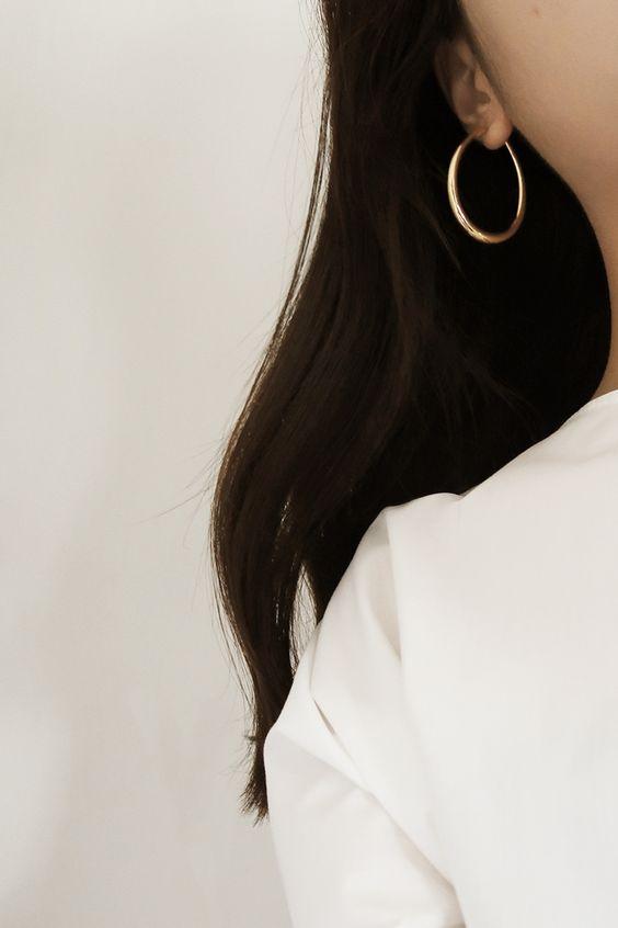 I 7 bijoux che ogni donna dovrebbe avere orecchino cerchio