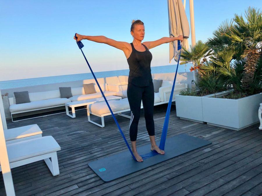 esercizi per una giornata piena di energia Natasha Stefanenko spalle 2