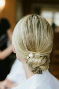 5 modi di indossare le perle sui capelli chignon basso elegante natashasway