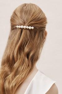 5 modi di indossare le perle sui capelli lunghi