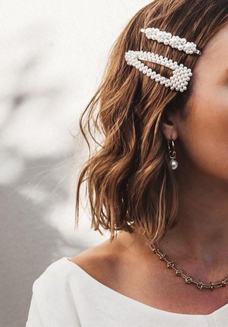 5 modi di indossare le perle sui capelli barrette