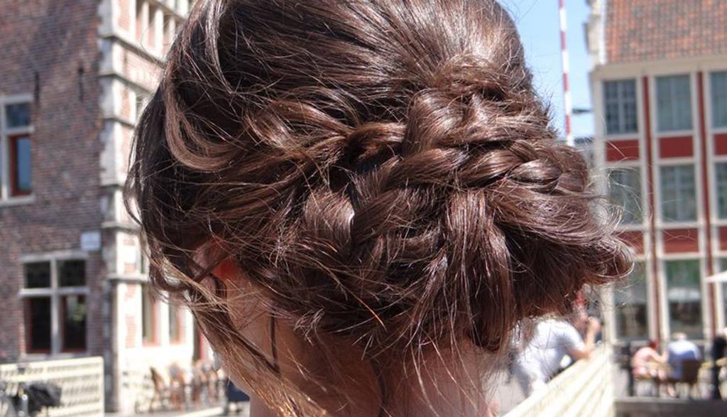 Haar opgemaakt door haarstyliste