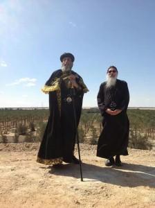 Il vescovo Epiphanios (sulla destra) con Tawadros II, papa e patriarca della predicazione marciana, al monastero di san Macario il Grande.