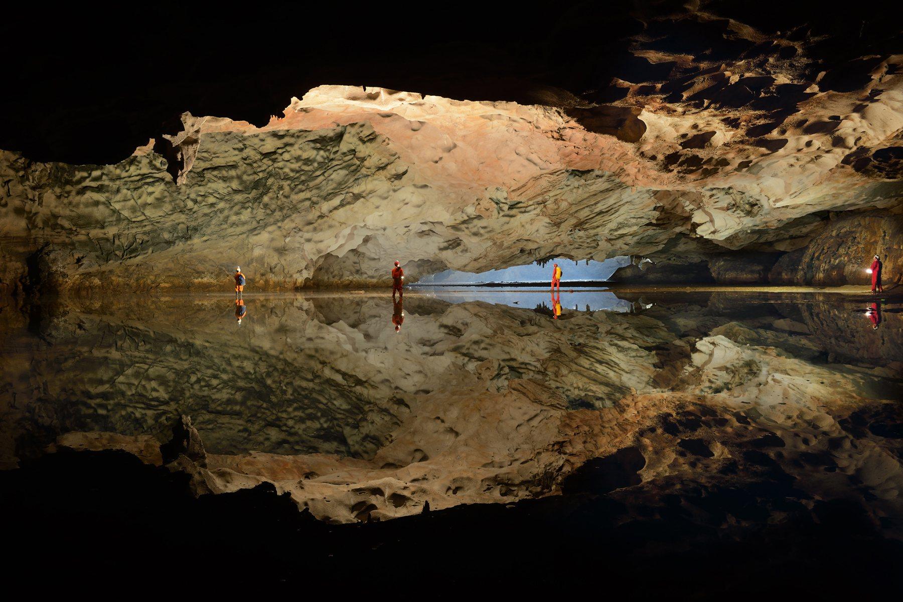 Lago subterráneo de camino a la Cámara Titán
