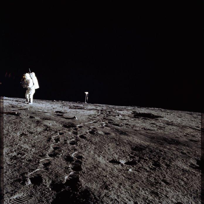 ¿Por qué no se observa polvo suspendido en la Luna, si la gravedad es mucho menor que en la Tierra?