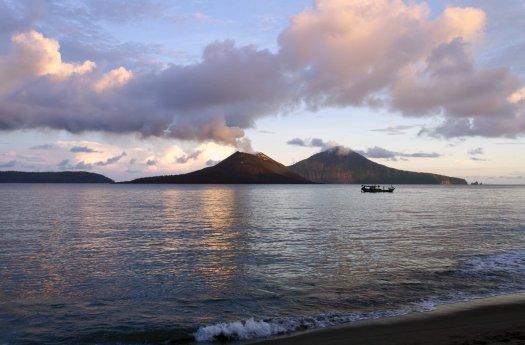 volcan krakatoa. Tiembla Indonesia