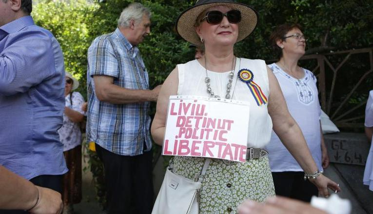 """PROTEST AL PENSIONARILOR CONTRA IOHANNIS: Oamenii scandează lozinci """"Ieşi afară, javră ordinară"""", """"Şi noi suntem români"""" sau """"Dragnea, te iubim, noi ca tine nu găsim""""."""