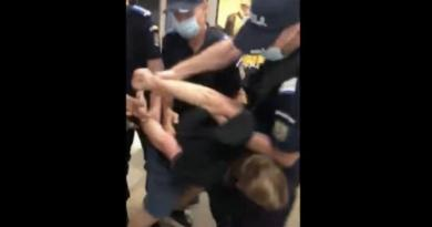 VIDEO Un tânăr care nu purta masca în mod corespunzător la metrou a fost încătușat de jandarmi după ce a devenit agresiv