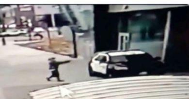 VIDEO – Doi poliţişti au fost împuşcaţi în maşina de patrulare