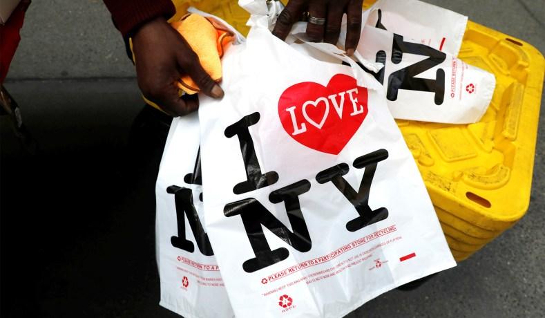 Ativistas ambientais estimam que os nova-iorquinos usem cerca de vinte e três bilhões de sacolas plásticas por ano. Foto: National Review.