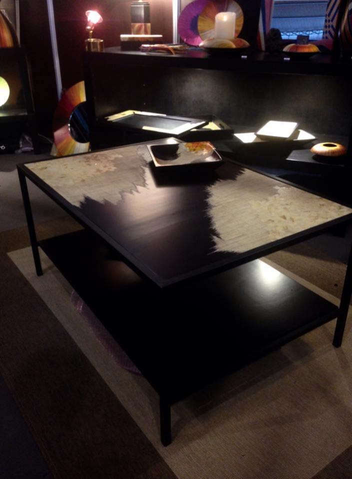 Table basse en bois recouvert d'une des plus fines marqueterie de paille au monde. Structure en fer forgé laqué noir.