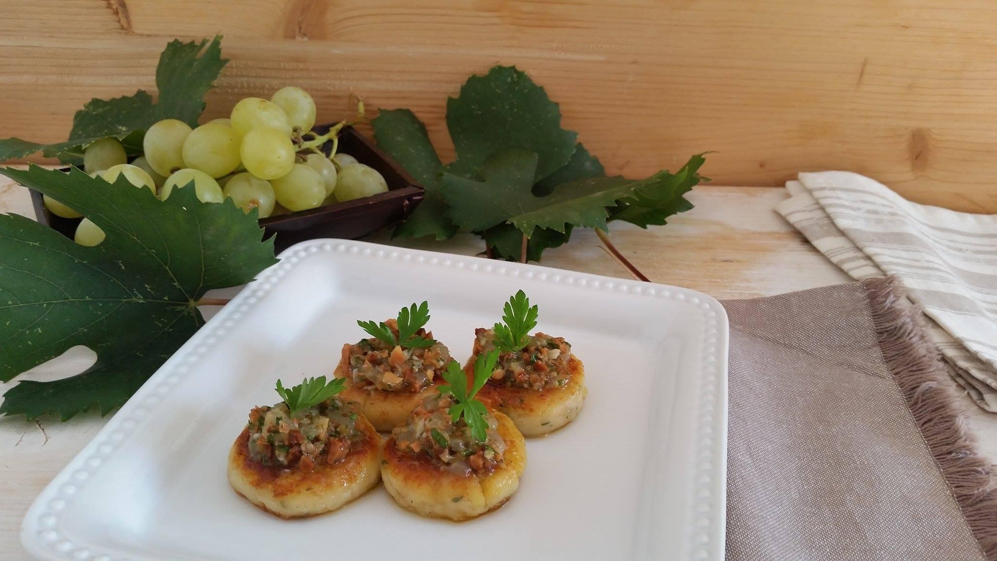 Cakes di ricotta e formaggi e pesto di uva_1
