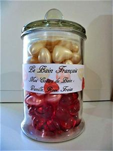 Cadeau 90 perles coeurs d'huile de bain dans une bonbonnière en verre senteur fraise vanille et rose de fabrication Française